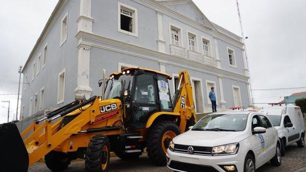 Flores: prefeitura entrega ambulâncias, veículo e retroescavadeira