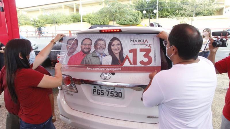Márcia inicia campanha com adesivaço na Afonso Magalhães