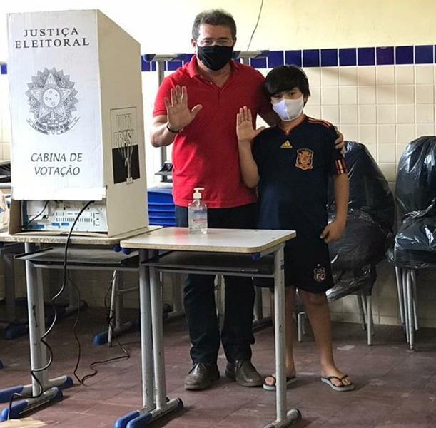 Luciano e Márcio Oliveira votam no Colégio Irmã Elizabeth