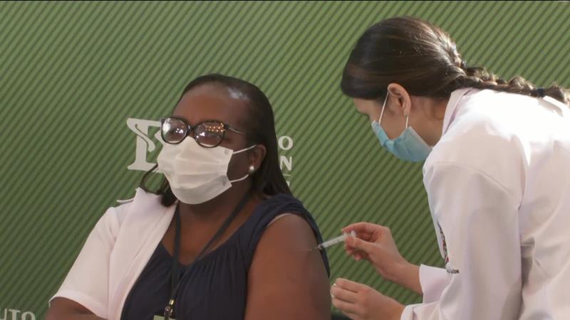 Enfermeira é vacinada em SP com a CoronaVac logo após aprovação da Anvisa