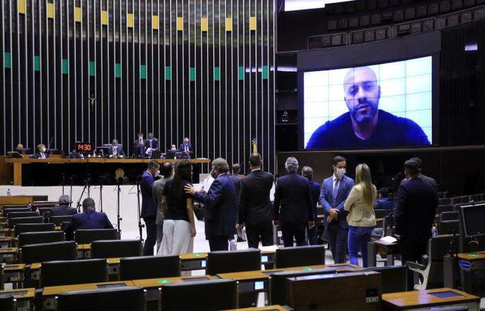 Por 364 votos a 130, Câmara mantém prisão de Daniel Silveira