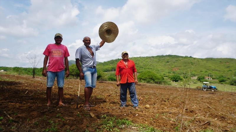 Prefeitura de Flores contempla produtores rurais com programa de aração de terras
