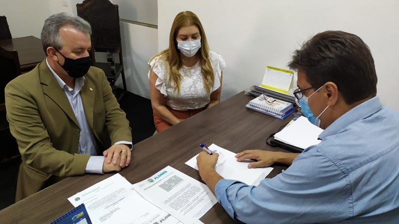 Prefeito de Flores sanciona lei que autoriza a aquisição de vacinas