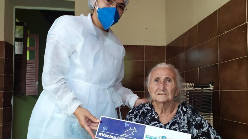 Prefeitura de Flores vacina idosos de 70 a 74 anos e quilombolas a partir desta terça (23)