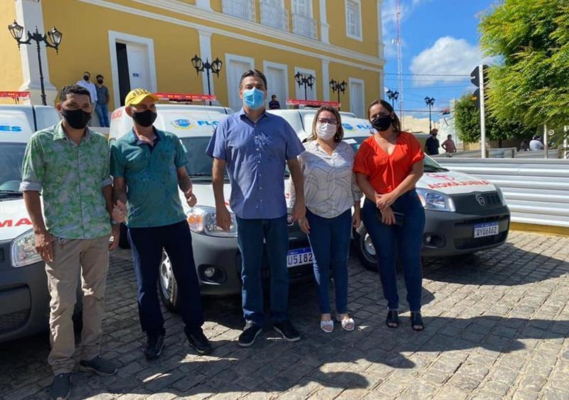 Flores: Prefeito entrega três novas ambulâncias para fortalecer atendimento no hospital municipal