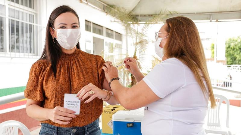 Márcia Conrado recebe primeira dose contra Covid-19